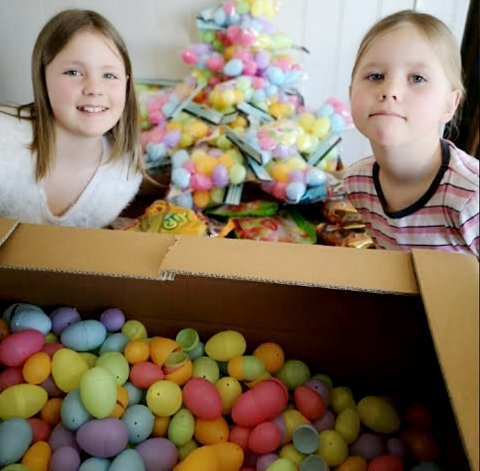 DELER: Benedikte (11) og Emma Eline Opsahl (6) har 1.000 små påskeegg med godteri, men har ikke tenkt å ta alle selv.