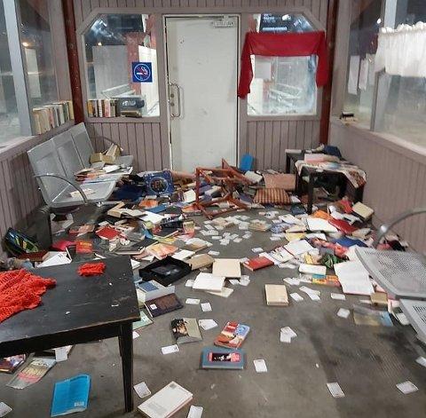BERSERK: Slik så det ut i venterommet på Kambo stasjon 4. desember i fjor, etter at én eller flere vandaler hadde vært på ferde.