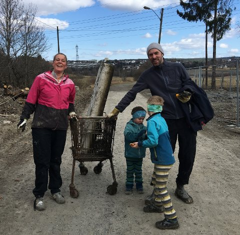 Engasjert familie som brukte formiddagen til å rydde søppel