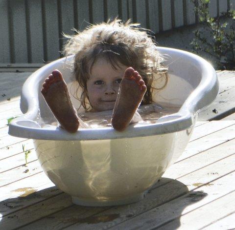 Kald dukkert: Nora (4) velger heller badebaljen enn sjøen på en varm dag.
