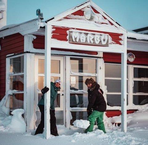 MÅ VENTE: Koronapandemien gjør at det nye vertskapet på Mårbu, Anne Grethe Myrann og Stein Rudi, ikke får åpnet før til sommeren. FOTO: PRIVAT