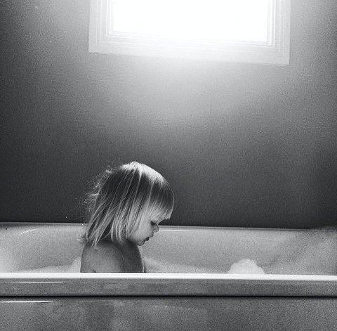 Måneds- og ukesvinner 44: Et stemningsfullt bilde av gutten i badekaret. Linjene, blikket og det fantastiske lyset skaper rett og slett et utrolig fint bilde. Foto: Camilla Vilbo Sørum.