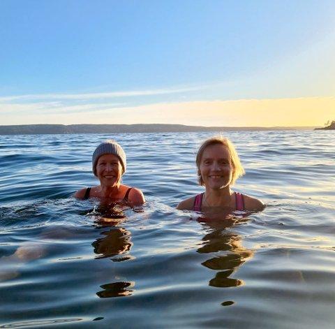 VÅR: Sabine Husmo og Brigitte Berg synes det er delig med sol, selv  vannet føles kaldere når solen skinner og det er mange plussgrader på land.