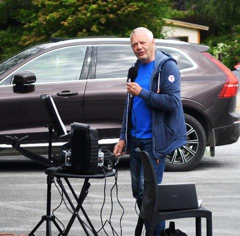 Konsert: Arve Ingar Hjelde holdt torsdag formiddag en konsert i bakgården til leilighetene på meieritomta.