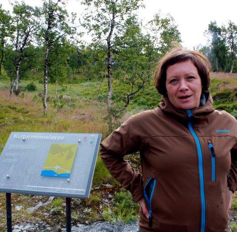 Skilt på plass: Førre veke var VNK ute saman med arkeolog Mildri Eide frå Oppland fylkeskommune og monterte skilta.