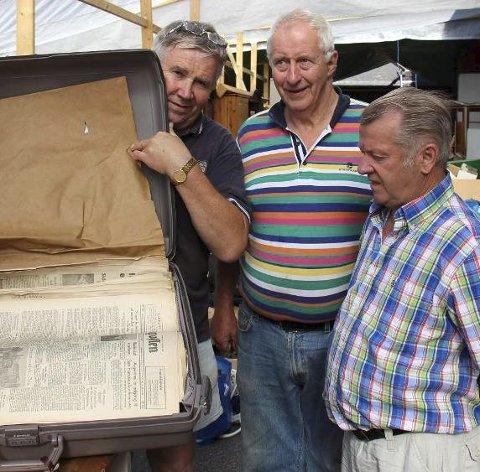 Tatt vekk fra loppemarkedet: Harry Lian (f.v.), Helge Moen og Leiv Magne Svedjarn viser fram kofferten som nå sendes til auksjon i Oslo. (Foto: Ole Jonny Johansen)
