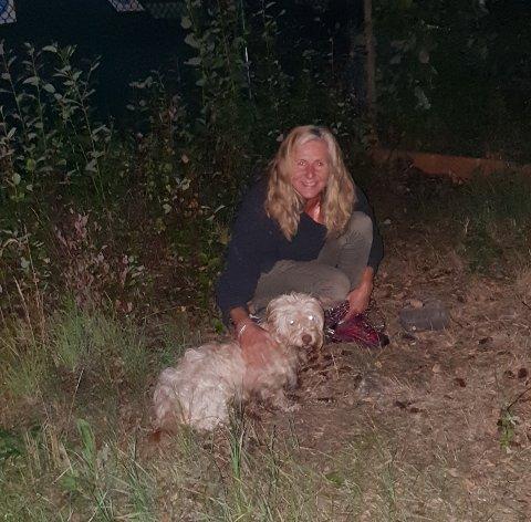 OVERLEVDE ALENE: Bildet er tatt minutter etter at Unn Gravdal ble gjenforent med hunden Turbo, som hadde vært savnet og på rømmen i åtte måneder.
