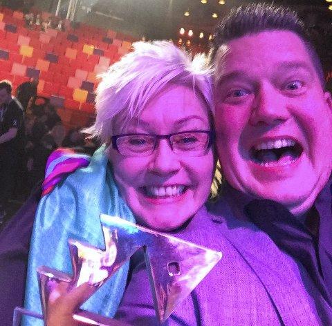 Gullfisk: Kreftforeningens «Brudens mor» ble kåret til den beste reklamefilmen i 2015 under Gullfisken på TV 2. Generalsekretær Anne Lise Ryel og prosjektleder Morten Wien. Foto: Kreftforeningen