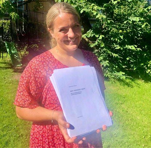FIKS FERDIG: Hannah Gitmark med manuset til boka som kommer om et par måneder; Det norske hjem.