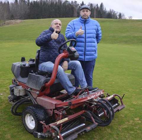 Tommelen opp: Kåre Thorvaldsen og Leif Thore Mørk i Halden Golfklubb er glade for julegaven fra Sparebankstiftelsen.