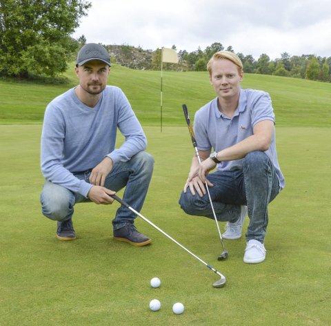 TURNERINGSKLARE: Sondre Aabø og Andreas Tjernes i Berg Sparebank håper mange vil delta på lørdagens golfturnering.foto: kristian bjørneby