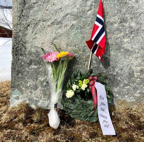 Jan Rune Mellingen, Anna og Lena Kappfjell la ned blomst ved støtta.