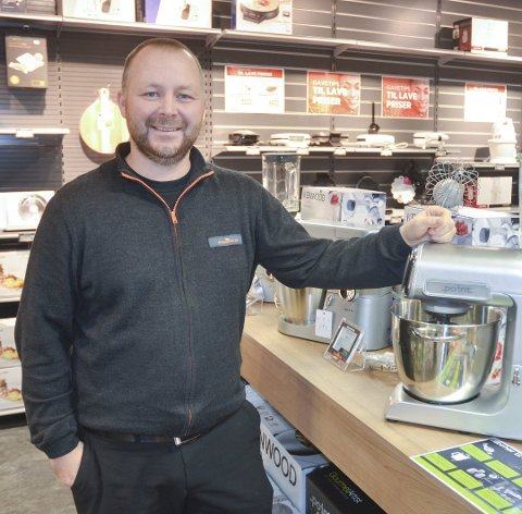 STRÅLENDE FORNØYD: Daglig leder og innehaver Martin Foss i Power Bjørkelangen gleder seg over at butikken vant prisen som Årets handler i Power-konsernet. FOTO: ROGER ØDEGÅRD