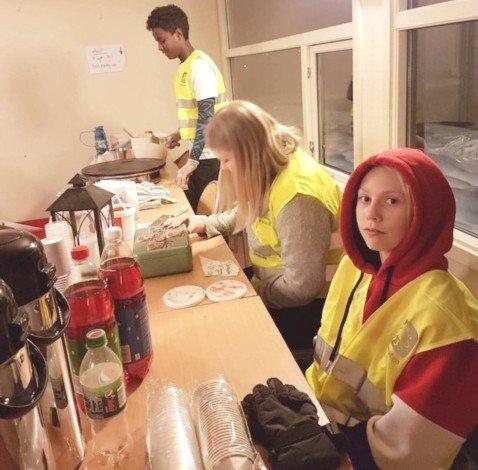 SERVERING: Det var enkel kaféservering til de fremmøtte på Flesberg skole.