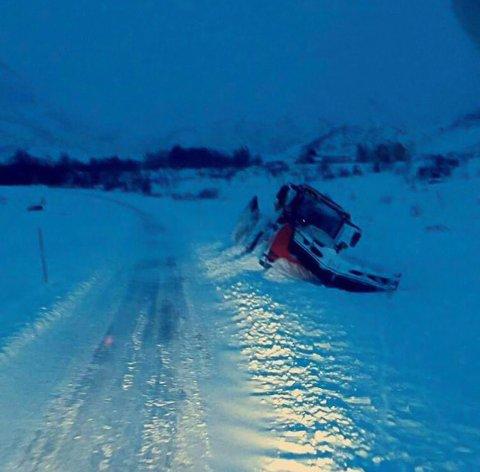 Tett snø: Vanskelige kjøreforhold gjorde at Thor Olav Kristensen havnet utfor veien med traktoren fredag.