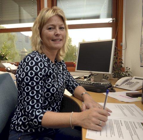 Spørjeskjema: Mona Sveen oppmodar alle som får spørjeundersøkinga i posten om å svare. I Vågå er det Lions som skal køyre ut spørjeskjema. Foto: Helene Hovden