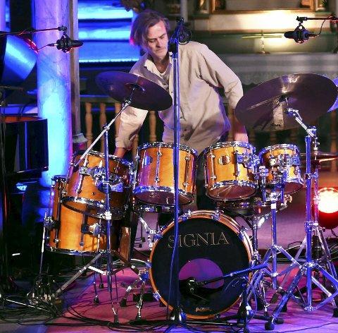 Trommespill: Audun Kleive slår ikke, men spiller trommer i Jøkleba. foto: asbjørn risbakken