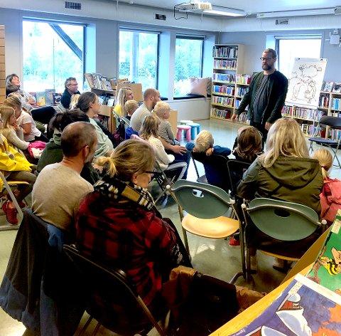 FØRST UT: Illustratør Reidar Kjelsen samlet rundt 230 tilhørere.