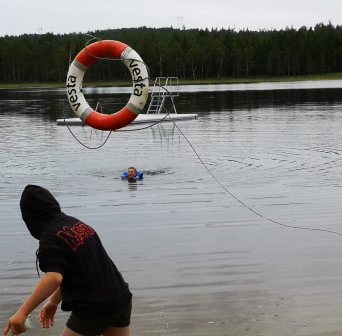 SØRGET FOR SVØMMEUNDERVISNING: Da svømmehallen var stengt kastet Kirkeng skole seg rundt og ordnet i stand svømmeundervisning for elevene i Kolbjørnsviksjøen.