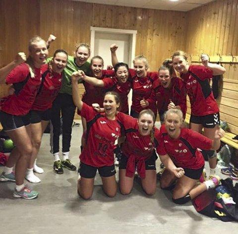SEIER: RHH-jentene i 2. divisjon slo Kragerø på bortebane, og da sto jubelen i taket i garderoben etter kampen.Foto: hallgeir Bakken