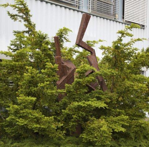 Ekspansjon 2015: Slik framstår skulpturen i dag. Skulpturen er signert Per Gabrielsen og ble laget på oppdrag fra gårdeier den gang bygget i Åsveien ble reist.