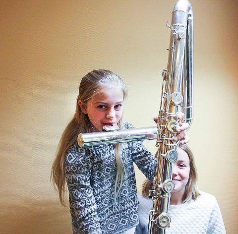 STØRRE FLØYTE: Milla Kitterød og Ingeborg Matuz-Thingnæs prøver å spille kontrabassfløyte under fjorårets arrangement. (Foto: privat)