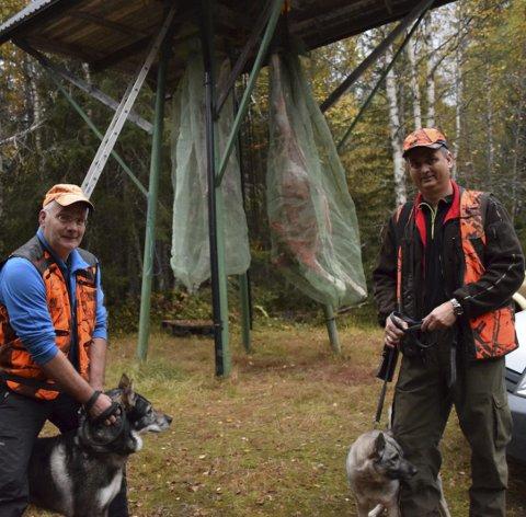 To felt: Klokksfjell jaktlag felte to første dag – et ungdyr ved Jan Solhaug med hunden Rapp-Tor (t.v.) og en kalv ved Halvor Hoppestad med hunden Frøya. Send inn dine bidrag på epost til telen@telen.no.