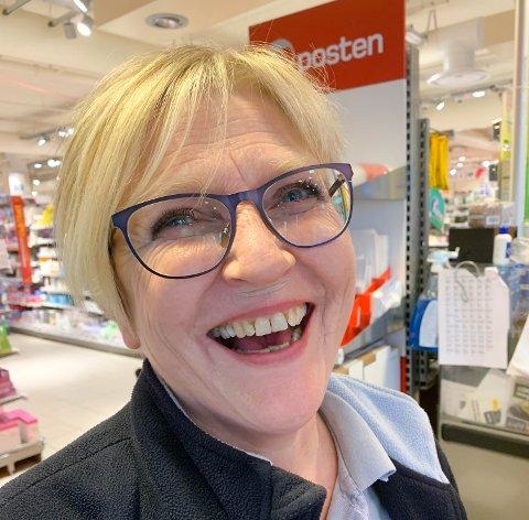 Wenche Høvik fra Kristiansund er nominert til prisen som «Norges hyggeligste kassadame 2020».