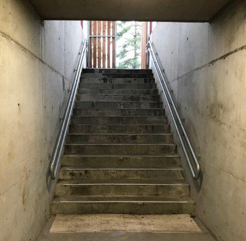 UMULIG: Ikke mulig for rullestolbrukere å komme seg inn på indre bane på Maier Arena gjennom den nye undergangen som ble bygget.