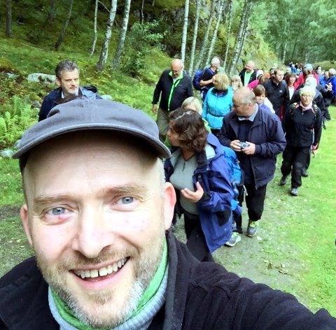 Trafikk: Jon Tamnes på Kongevegen under opninga i august. Det har vore ein auke i talet på dei som har vandra langs kongevegen i sommar.