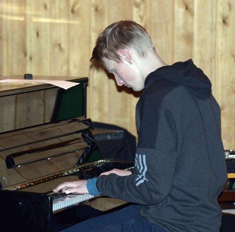 Snorre på piano med Arietta.