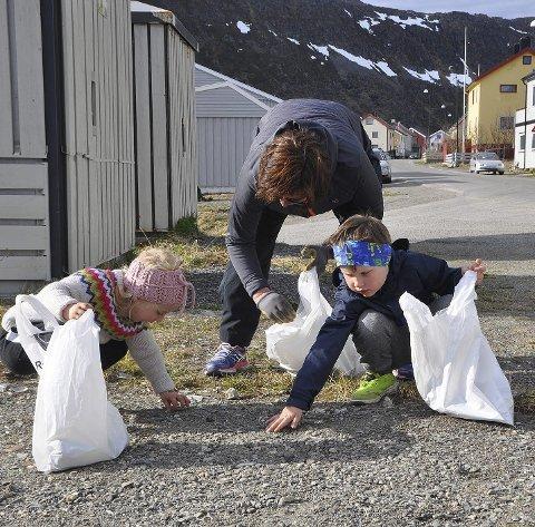 GLAD I BARN: Kristina Hansen gleder seg til å jobbe med barn igjen. Her fra søppelplukking i Nordvågen sammen med Sara-Vibeke Simonsen og Mathias Nilsen i fjor vår.