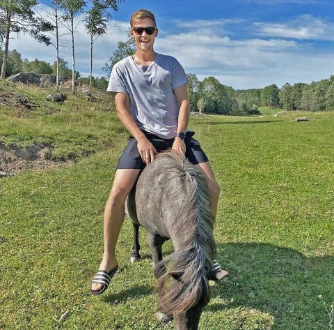 Kristian Fardal Opseth fikk sitte på ponni da han besøkte  Ole-Jørgen Halvorsen.