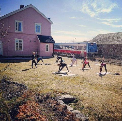 UNIKT: Med Rørosbanen som nabo holder Yogasasjonen uteyoga hver tirsdag i den flotte hagen til gamle Hjellum stasjon.