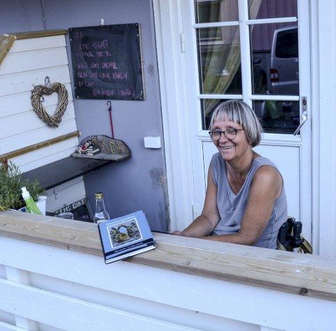 Skriften på veggen: På tavlen i bakgrunnen serverer Anne Danielsen et nytt dikt hver uke.