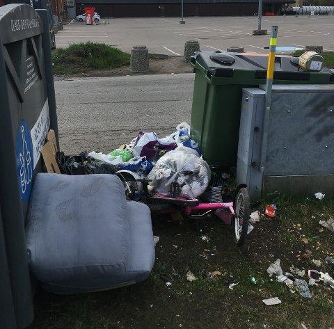 SØPPEL: Store mengder søppel hensettes ved returpunktet i Nittedalsgata i Lillestrøm.