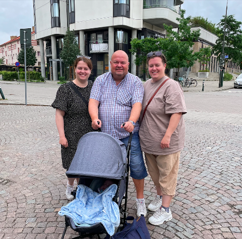 GJENFORENTE: Pia og Guro med pappa Geir utenfor leiligheten hans i Malmö etter en ettelengtet gjenforening.