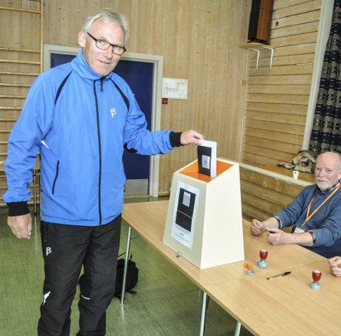 STEMTE: Steinar Bratberg dro til Thune skole i ettermiddag for å avgi stemme. Th. Egil Ulsrud i stemmestyret.Foto: Terje Nilsen