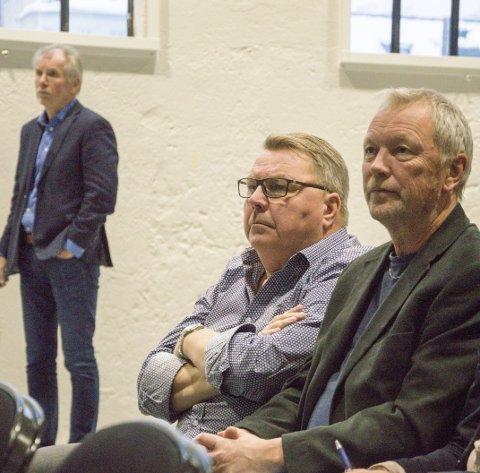 «Kjedelig – tja»: Jan Arvid Kristengård (i bakgrunnen) la i går fram budsjettet sammen med andre fra administrasjon. Han la ikke skjul på at det kunne oppfattes som et litt kjedelig budsjett. Høyres Gjert Gjertsen og Øivind Heyn fulgte i hvert fall godt med.