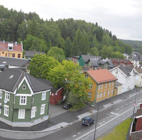 Her, i Strandgata i Hønefoss, opplever en leser stadig at mopeder og motorsykler tar forbikjøringer i sykkelfeltet.