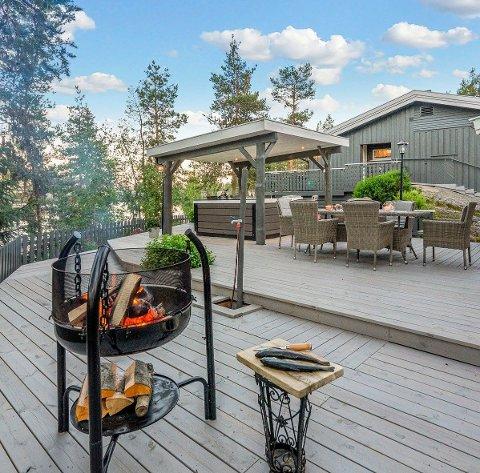 RO: Bålpanne, en god terrasse og hygge. Det faller i smak for stadig flere etter at koronapandemien slo ut utenlandsturer. (Foto: Privat)