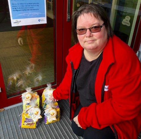 OPPMUNTRING: Charlotte Torgersen, leder for omsorg i Tjøme og Hvasser Røde Kors, var med og overleverte påskehilsener til sykehjem og omsorgsboliger.