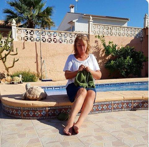 FRA FRITID TIL JOBB: Isabelle Elin Andreassen (58) i Slattum terrasse har tatt strikking til noen nivåer høyere enn de fleste.