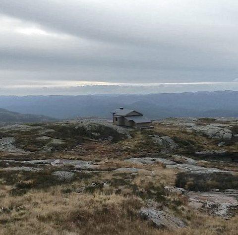 SELGES: På toppen av Stakkhomfjellet i Sirdal ligger hytta. Her er det langt til nærmeste nabo, og langt fra nærmeste vei. Alle bilder: Aktiv Eiendomsmegling
