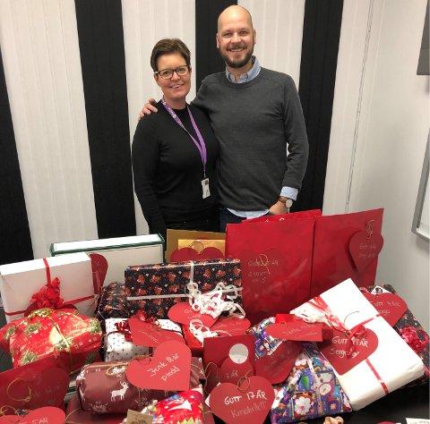 MANGE ØNSKER: Senterleder på Torvbyen, Mads Pedersen og Stine Merete Carlsen i organisasjonen «Hjelp oss å hjelpe» har allerede oppfylt mange ønsker ved hjelv av kundenes gavmildhet.