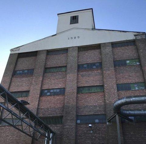 1929: Siloen som ble oppført i 1929, har blitt benyttet som lager for mange type laster i årenes løp. Det skjuler seg en godt bevart hemmelighet i toppen av tårnet.