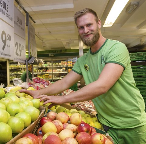 SUKSESS:l Da vi flyttet frukt og grønt til inngangen og møtte kundene der, økte også den andre handelen, sier Mats Gundersen, butikksjef Kiwi i Grønligata.