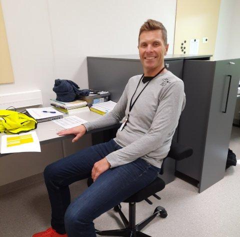Oddvar Lomeland på plass ved sin nye arbeidspult på Kleivane skole.
