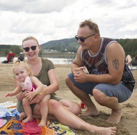 Fra venstre: Silje Seigerud Olsen, datteren Olivia Seigerud Øien og Tony Øien drar gjerne til stranden når det blir varmt. Et knalltips er å smøre inn barna med solkrem før man drar til stranden så den trekker inn før barna leker i sanden.