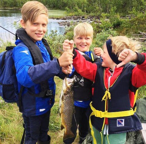 IVRIGE FISKERE: Tre unge Hansen fra Lillehammer er allerede ivrige fiskere. Kanskje heller ikke så rart når Sondre (11), Eirik (9) og Martin (6) er med når det dras opp stor fjellørret, som denne på 1,1 kilo som ble tatt forrige helg.